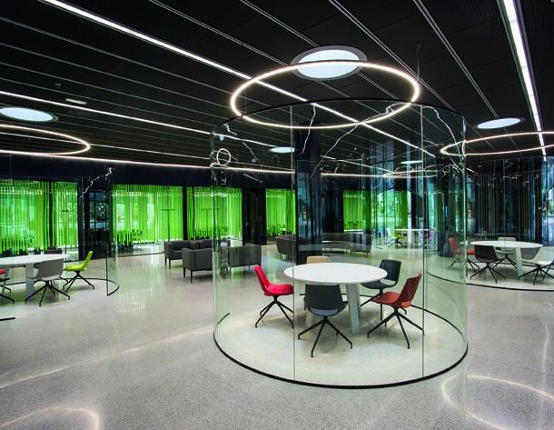 """Arper fliegt ins Weltall! ...Nicht ganz, aber man könnte es meinen, wenn man sich das Raumschiff-ähnliche Bürogebäude """"Orona Zero"""" in San Sebastián anschaut, das Arper kürzlich mit verschiedenen Möbeln ausgestattet hat. Besprechungszonen in Glaskapseln und knallige Farbakzente lassen einen hier in ein anderes Universum eintreten – und stellen zudem ein zeitgemäßes Beispiel für mod"""