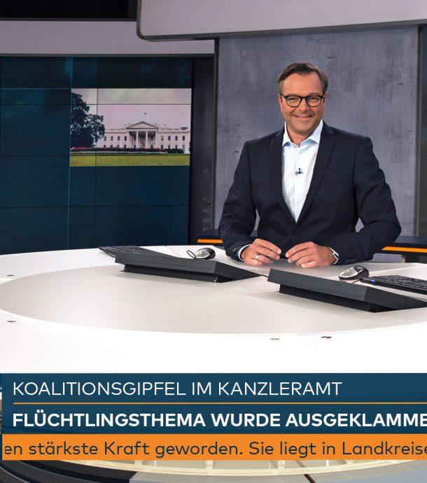 Bildunterschrift: Carsten Hädler heute Morgen um 6:00 Uhr im N24-Studio. Das neue Senderdesign ist on air.
