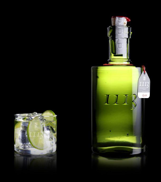 gin_flasche_glas_auf_schwarz