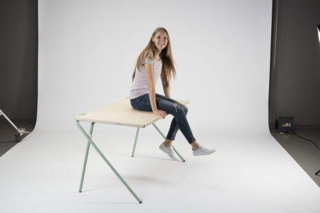 Um »Fold it« zu mobilisieren, wird lediglich die Tischplatte herausgehoben – Beinfreiheit und scheinbare Schwerelosigkeit sind weitere Merkmale.