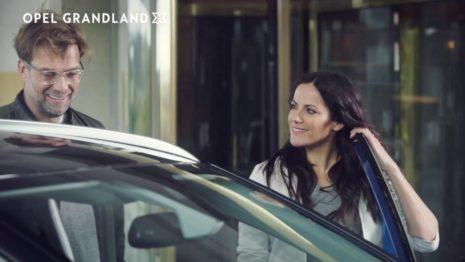 Die machen Spaß: Fußballcoach Jürgen Klopp und Schauspielerin Bettina Zimmermann testen in der neuen Kampagne für die Opel-SUV-Familie Modelle wie den Opel Grandland X.