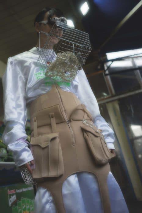 Krefelder Laufmasche: Shopping Cyborg in Protection Gear